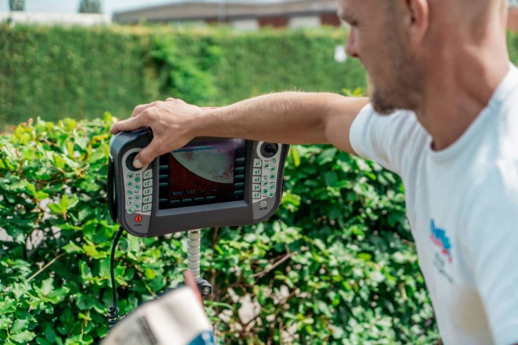 mand udfører tv-inspektion med kamera