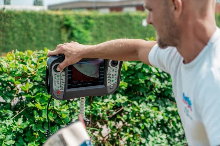 mand udfører tv inspektion med kamera